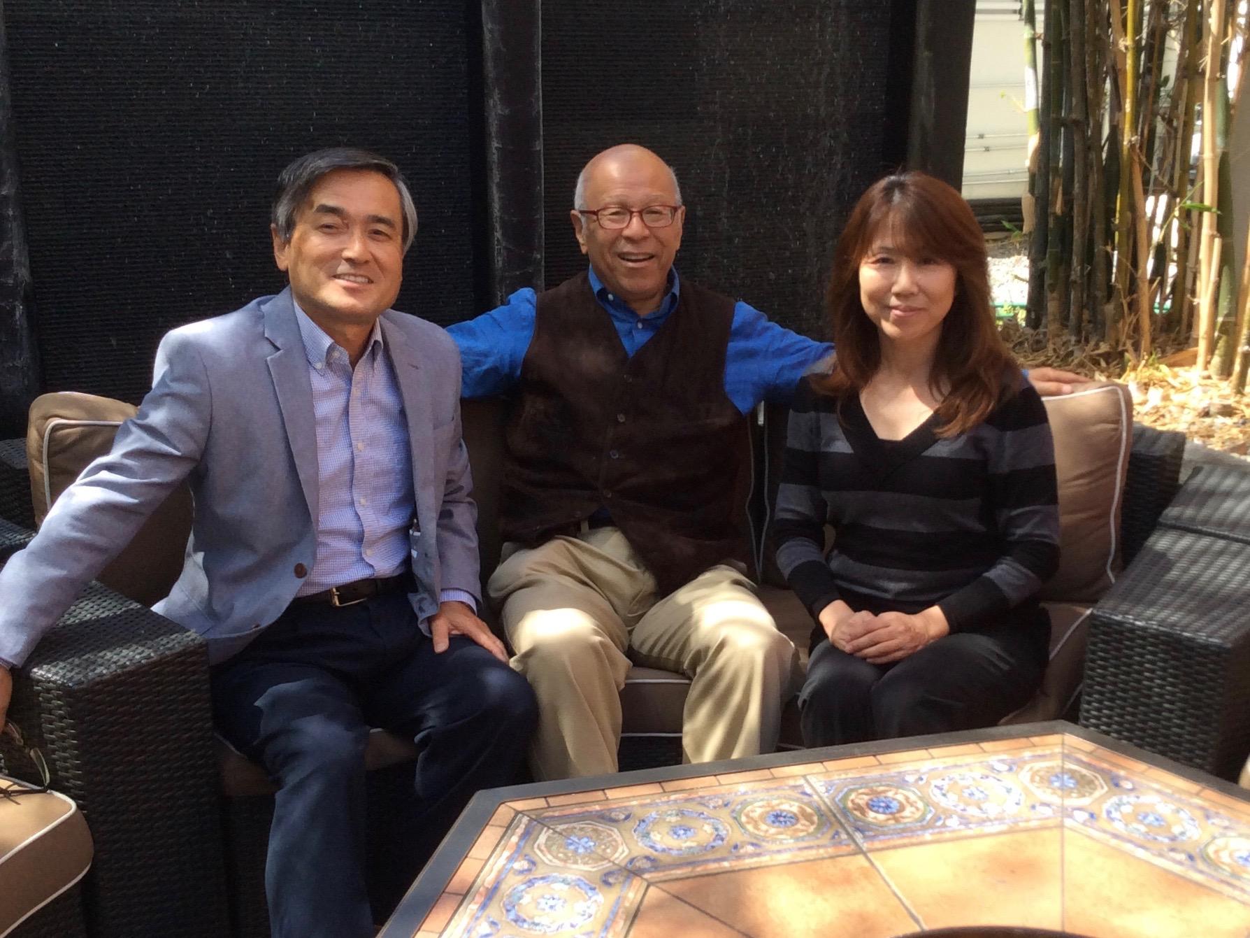 左から、サム奥田さん、岩谷英昭学長特別補佐、六川支部長